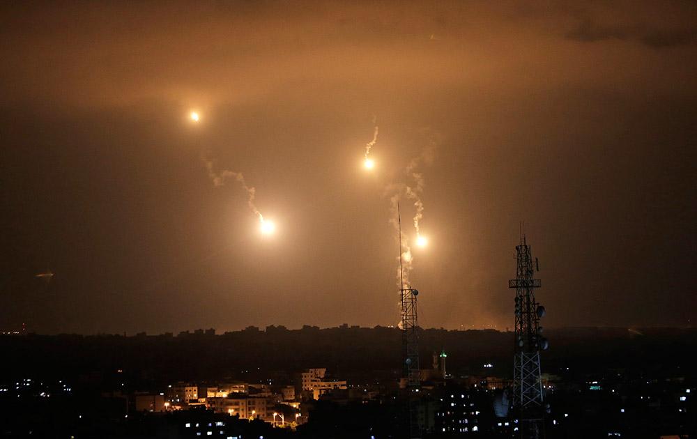 गाजा सिटी के पूर्वी हिस्से में रात्रि के समय हमले को अंजाम देते इजरायली सुरक्षा बल।