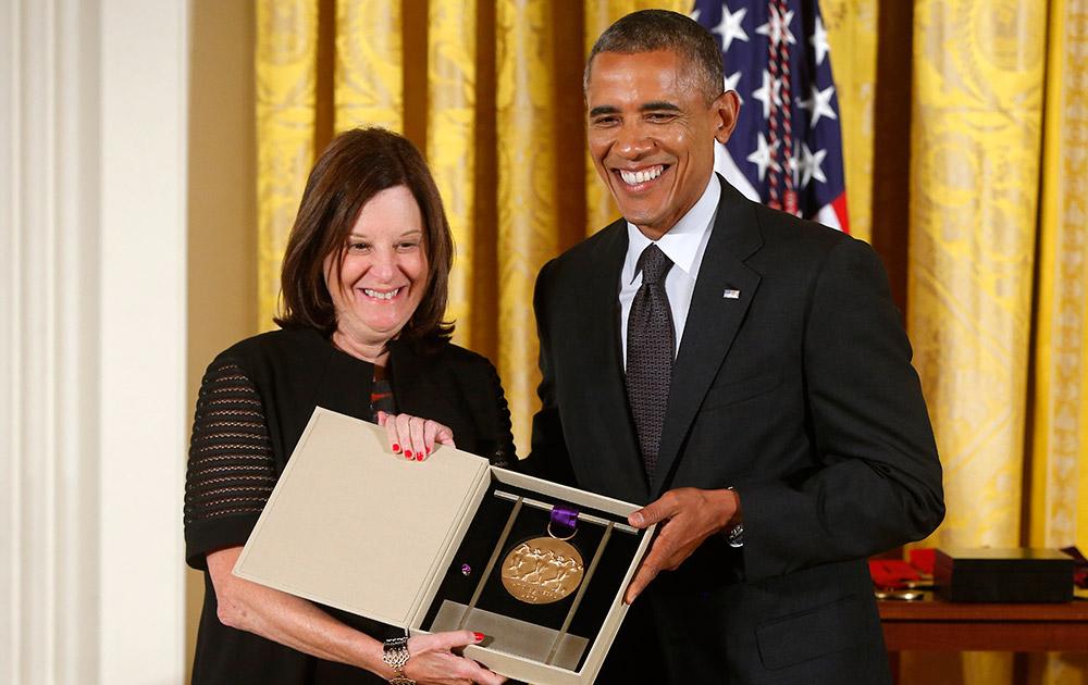 वाशिंगट के व्हाइट हाऊस में एक कार्यक्रम के दौरान ब्रूकलिन एकेडमी ऑफ म्यूजिक को साल 2013 का नेशनल मेडल ऑफ आर्ट्स का अवार्ड देते हुए अमेरिका के राष्ट्रपति बराक ओबाम।