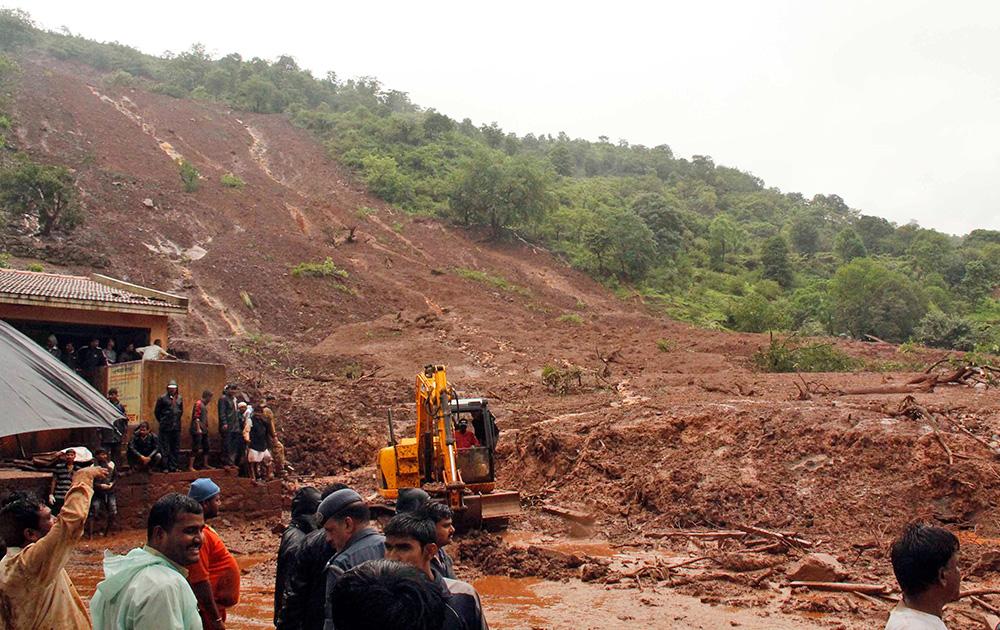 पुणे में भूस्खलन का शिकार मालिन गांव का दृष्य जहां इस हादसे में अबतक लगभग 25 लोगों की मौत हो चुकी है।