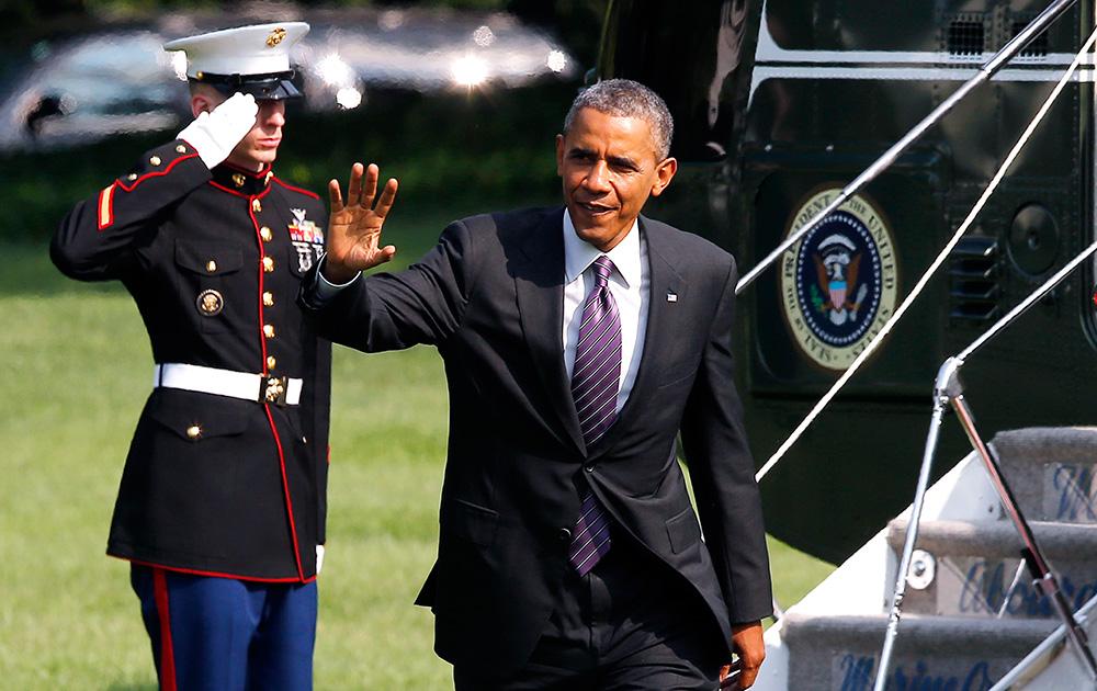 वाशिंगटन में मैरीन वन हेलीकॉप्टर से उतरने के बाद लोगों का अभिवादन करते अमेरिकी राष्ट्रपति बराक ओबामा।