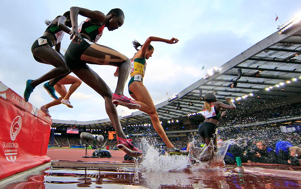 स्कॉटलैंड: ग्लासगो में कॉमनवेल्थ गेम्स 2014 के तहत हेम्पडेन पार्क स्टेडियम में महिलाओं की 3000 मीटर स्टीपलचेस स्पर्धा के दौरान केन्या की पुरिटी चेरोटिक किरुई आगे निकलते हुए।