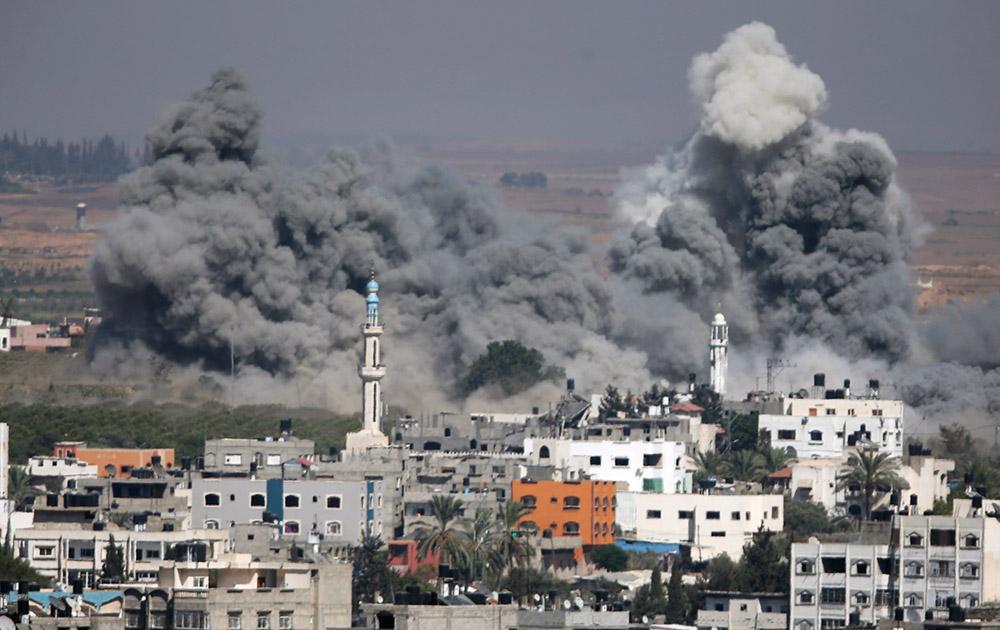 इजरायल के हवाई हमले के बाद गाजा शहर से उठता धूंआ।