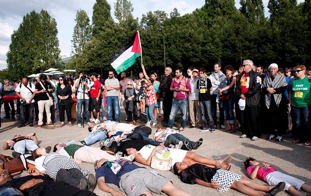 गाजा में इजरायल के सैन्य अभियान के खिलाफ पेरिस में जमीन पर लेटकर प्रदर्शन करते लोग।