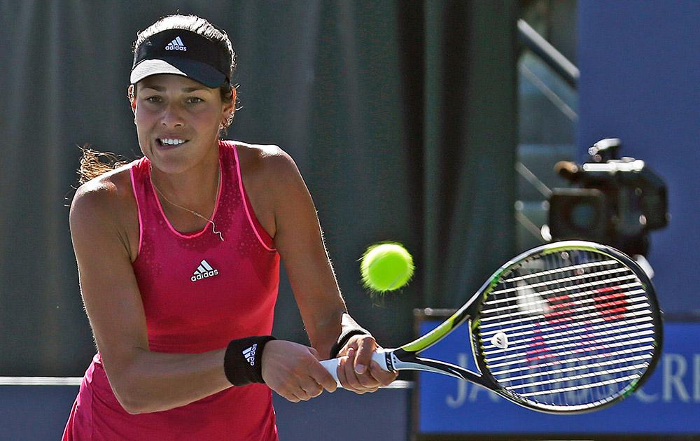 कैलिफ के स्टैनफोर्ड में क्लासिक टेनिस टूर्नामेंट के दौरान बॉल रिटर्न करती सर्बिया की अन्ना इवानोविक।
