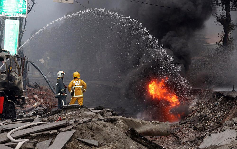 ताइवान में गैस के लीक होने से लगी आग को बुझाते अग्निशमनकर्मी।