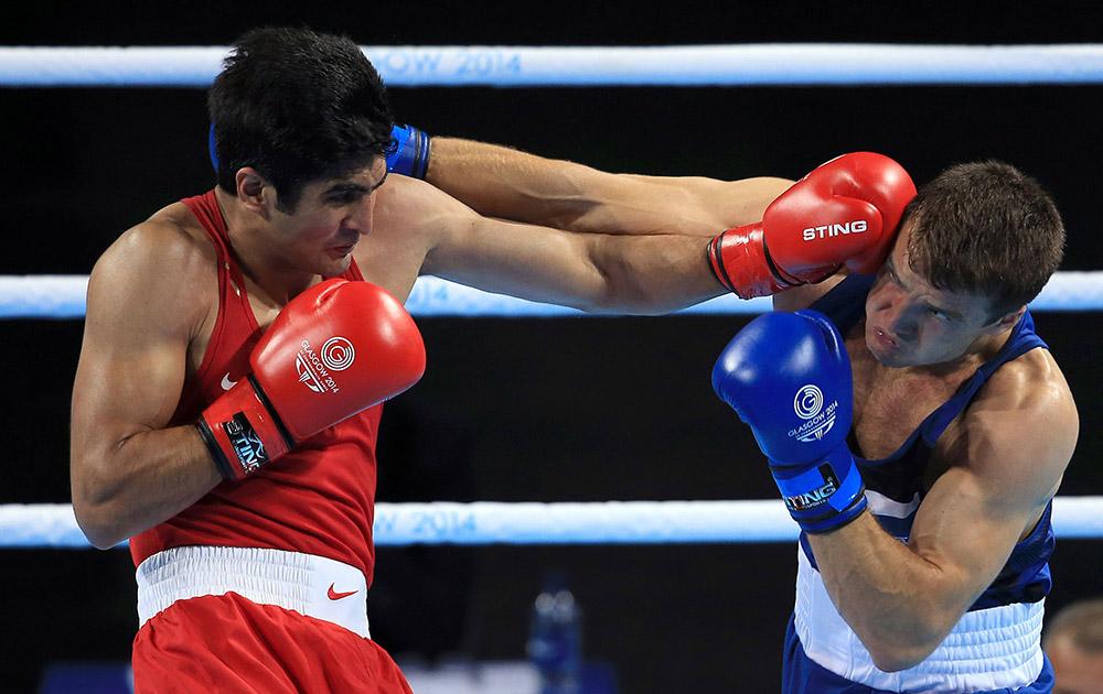 स्कॉटलैंड में कॉमनवेल्थ गेम्स 2014 के दौरान 75 किलोग्राम मुक्केबाजी में इंग्लैंड के एटंनी फॉलर को पंच मारते हुए भारत के मुक्केबाज विजेंदर सिंह।