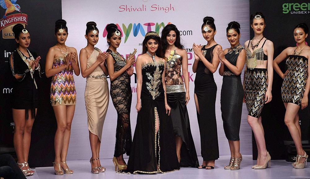 बेंगलुरू फैशन वीक के पहले दिन डिजायनर शिवाली सिंह के साथ प्रणीता सुभाष।