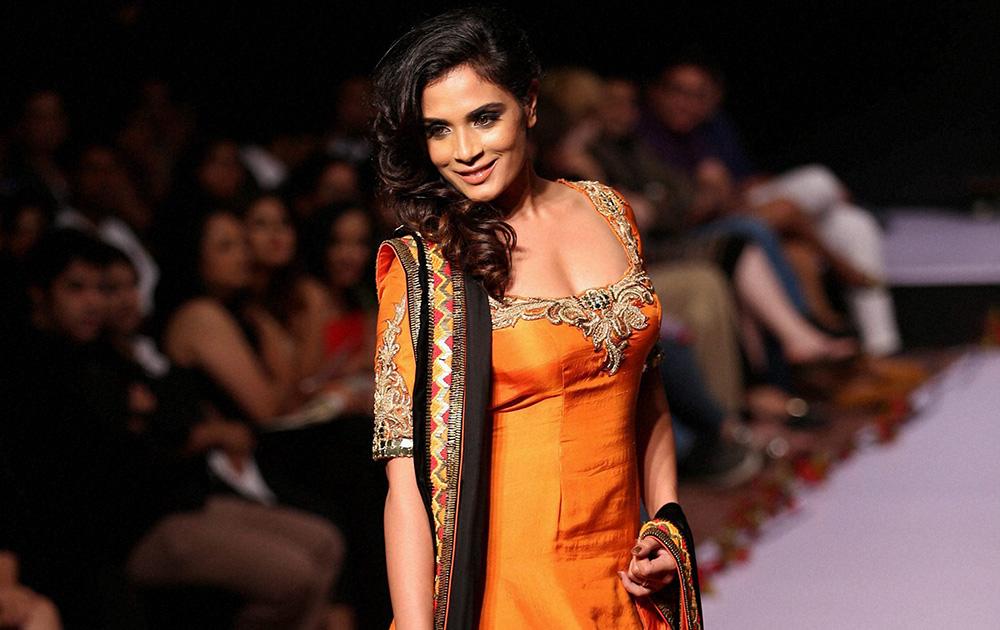 बेंगलुरू फैशन वीक के पहले दिन अर्चना कोचर के डिजायन कपड़ों को पेश करती अभिनेत्री रिचा चड्ढा।