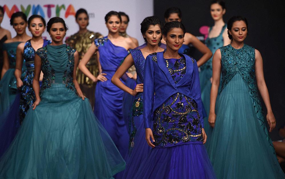 बेंगलुरू फैशन वीक के दौरान डिजायनर ललित डालमिया के पोशाकों को पेश करतीं मॉडल्स।