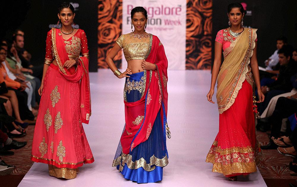 बेंगलुरू फैशन वीक के दूसरे दिन रैंप पर मॉडल्स।