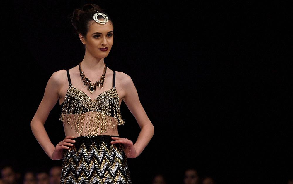 बेंगलुरू फैशन वीक के पहले दिन शिवाली सिंह के डिजायन कपड़े को पेश करती एक मॉडल।