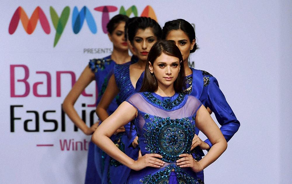 बेंगलुरू फैशन वीक के पहले दिन ललित डालमिया के डिजायन कपड़ों को पेश करती अभिनेत्री अदिति राव हैदरी।