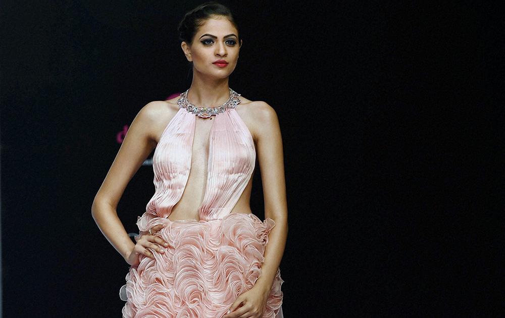 बेंगलुरू फैशन वीक के पहले दिन ललित डालमिया के डिजायन कपड़े को पेश करती एक मॉडल।