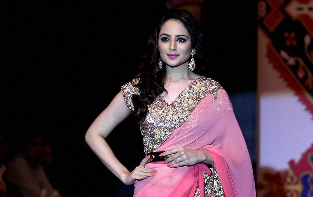 बेंगलुरू फैशन वीक के दूसरे दिन प्रिया कटारियापुरी के डिजायन कपड़ों को पेश करती पूर्व मिस इंडिया जोया फिरोज।