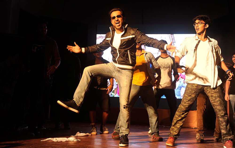 इमरान हाशमी फिल्म 'राजा नटवरलाल' के प्रमोशन के दौरान पोदार कॉलेज में,  DNA