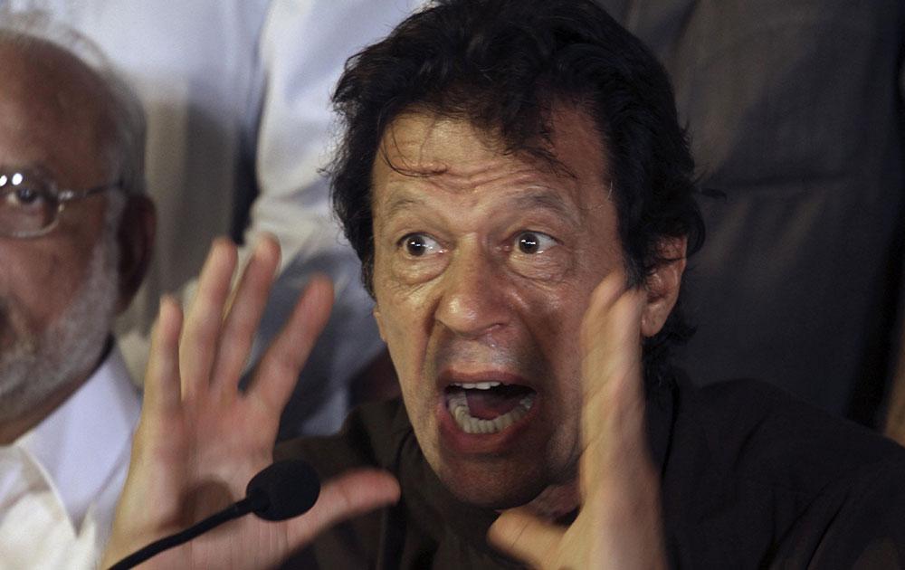 लाहौर में एक संवाददाता सम्मेलन में सरकार विरोधी प्रदर्शनों और राजधानी की घेराबंदी की योजना के बारे में जानकारी देते क्रिकेटर से राजनेता बने इमरान खान।