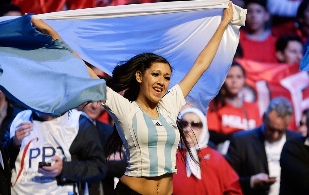 अर्जेंटीना के ब्यूनस आयर्स में विवादित अमेरिकी हेज फंड के खिलाफ एक रैली के दौरान राष्ट्रीय झंडे के साथ प्रदर्शन करते अर्जेंटीना सरकार के समर्थक।
