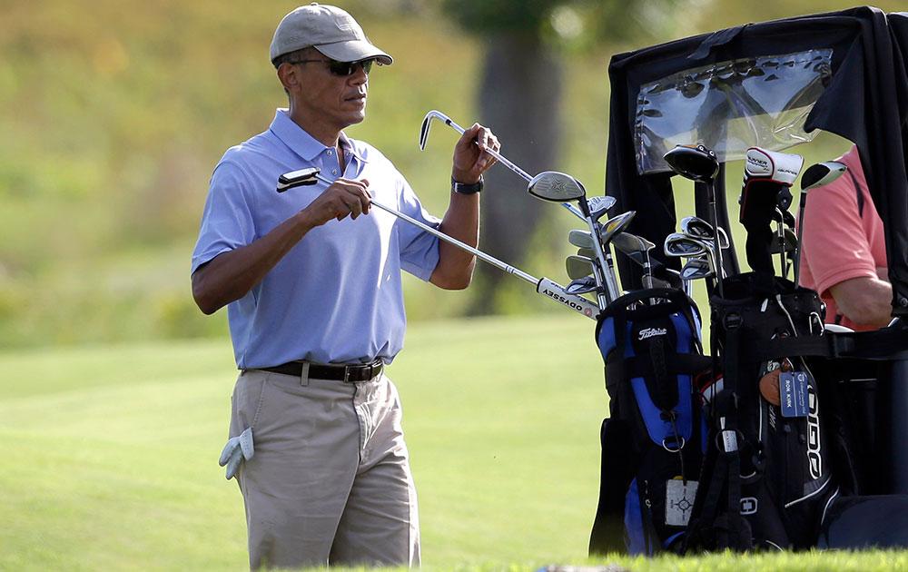 एडगरटाउन में मारथा विनयार्ड के द्वीप पर स्थित विनयार्ड गोल्फ क्लब में अमेरिकी राष्ट्रपति बराक ओबामा।