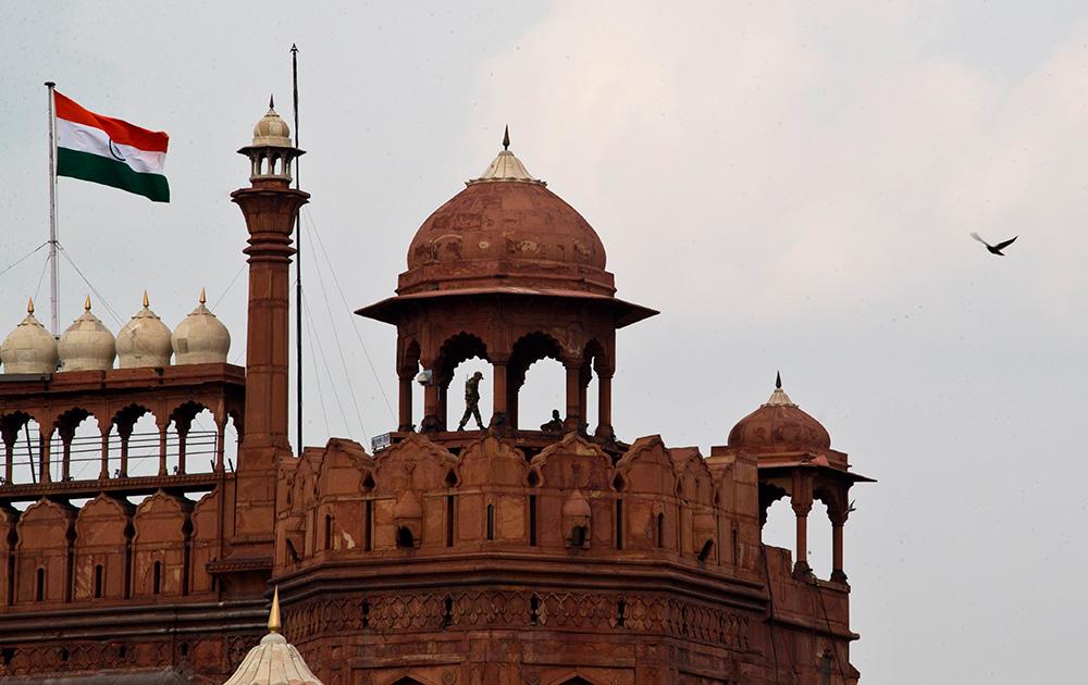 लाल किले की प्राचीर जहां हर साल देश के प्रधानमंत्री यहां से झंडा फहराते हैं। यह पहला मौका है जब प्रधानमंत्री नरेंद्र मोदी यहां से तिरंगा फहराएंगे।