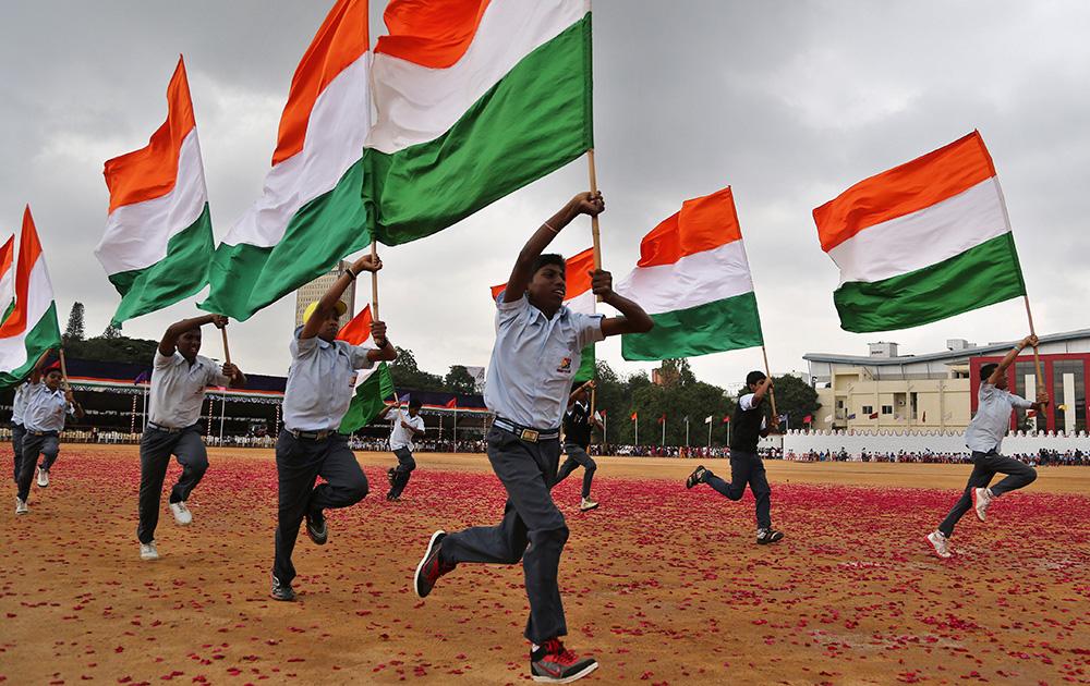 बैंगलोर में तिरंगे को लेकर दौड़ प्रतियोगिता में शिरकत करते स्कूली बच्चे।