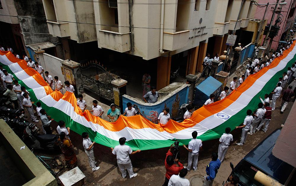 चेन्नई में स्कूली बच्चों ने 200 फीट लंबा तिरंगा बनाया।
