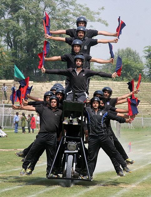 श्रीनगर में जवान बख्शी स्टेडियम में परेड करते हुए।