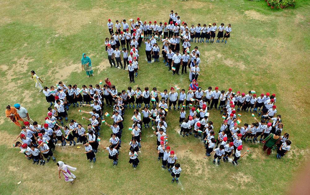 स्कूली बच्चों ने अपनी श्रृंखला बनाकर लिखा वंदे मातरम।
