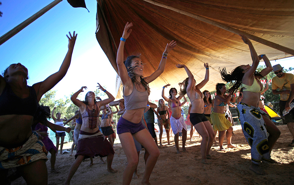 साउदर्न पुर्तगाल में डिडगेरिडू म्यूजिक फेस्टिवल में डांस करती महिलाएं।