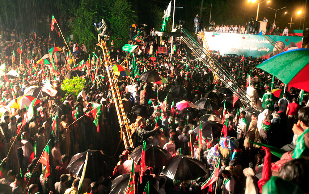 इस्लामाबाद में पाक सरकार के खिलाफ प्रदर्शन करते इमरान खान की पार्टी के कार्यकर्ता।