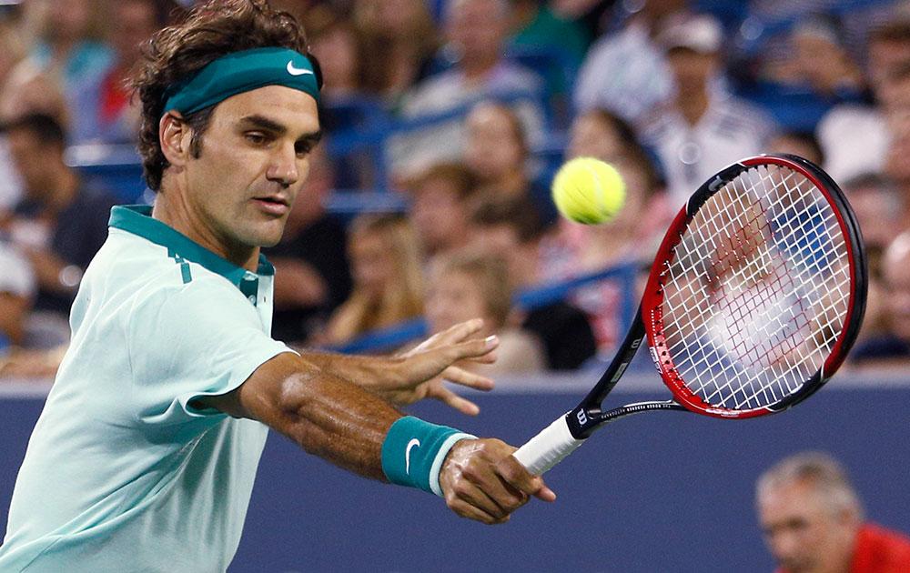 वेस्टर्न और साउदर्न ओपन टेनिस टूर्नामेंट के दौरान रोजर फेरर।