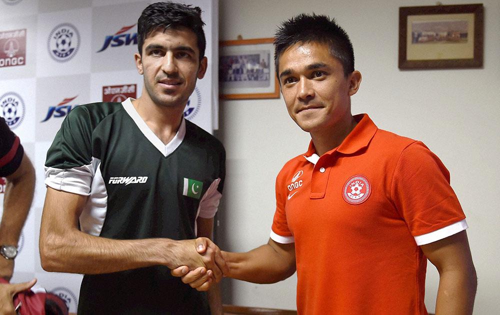 बैंगलुरु में अंडर-23 फुटबॉल टूर्नामेंट से पहले भारतीय टीम के कप्तान सुनिल छेत्री और पाक टीम के कप्तान कलीमुल्ला।