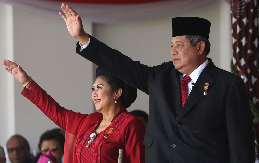 जकार्ता में स्वतंत्रता दिवस पर इडोनेशिया के राष्ट्रपति सुसिलो बाम्बांग युधोयोनो अपनी पत्नी एनी के साथ।