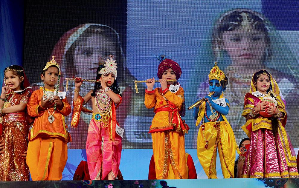 जयपुर में जन्माष्टमी के मौक पर बाल गोपाल उत्सव प्रतियोगिता में हिस्सा लेते बच्चे।
