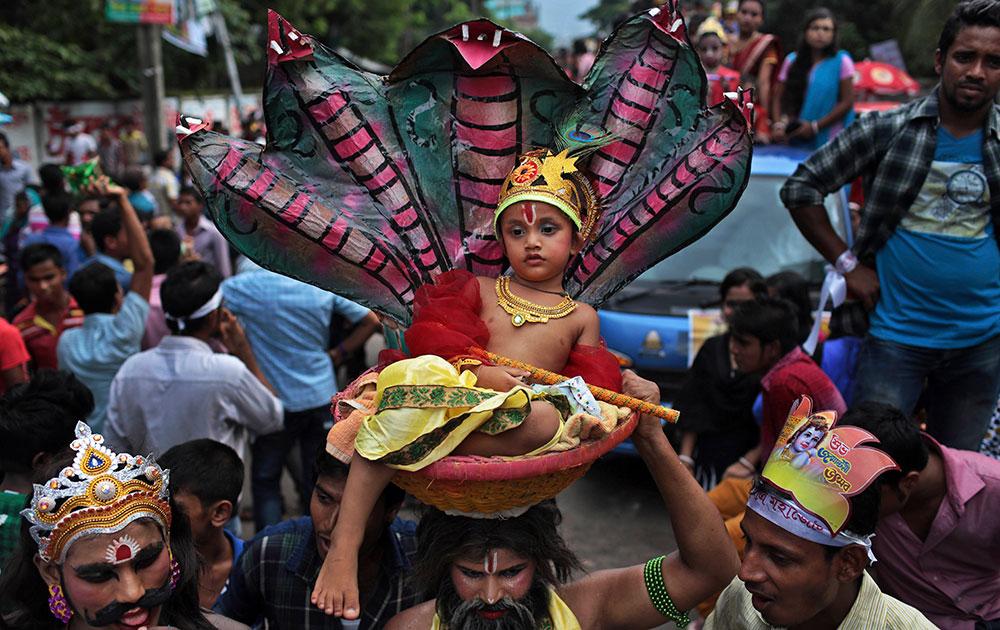 ढाका में बांग्लादेशी हिंदू जन्माष्टमी उत्सव मनाते हुए।