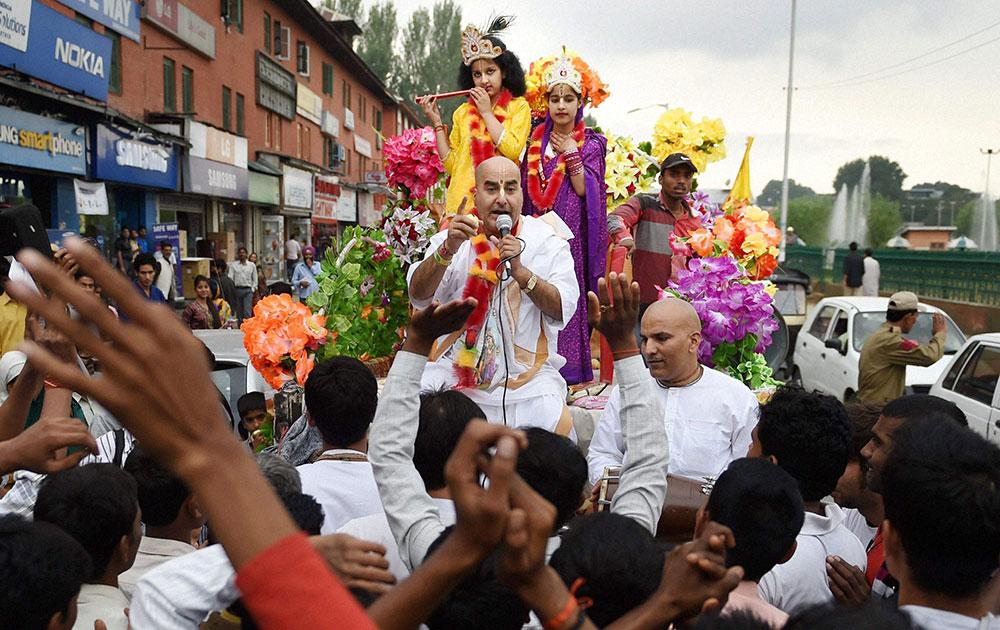 श्रीनगर में जन्माष्टमी मनाते कश्मीरी पंडित।