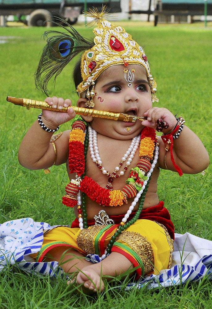 जयपुर में भगवान श्री कृष्ण के बचपन के भेष में बच्चा।