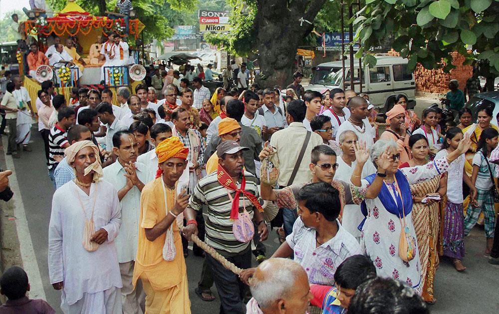 इलाहाबाद में जन्माष्टमी मनाते भगवान श्री कृष्ण के भक्त।