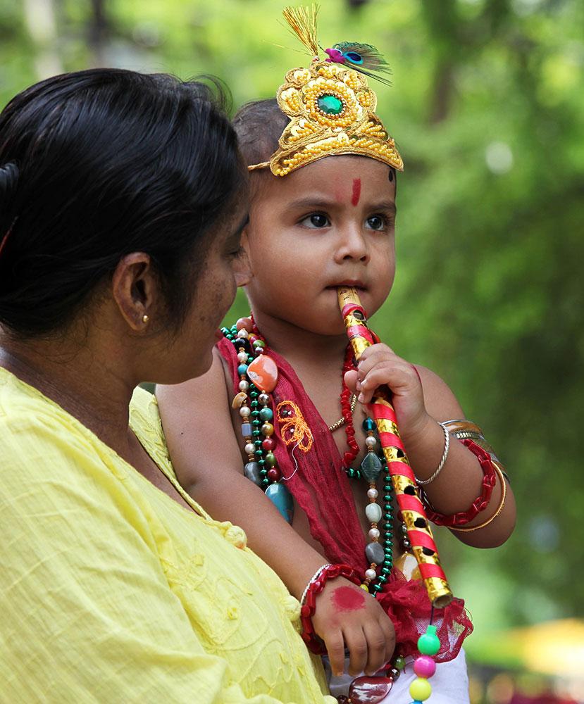 इलाहाबाद में भगवान श्री कृष्ण के बचपन के पोशाक में बच्चा।