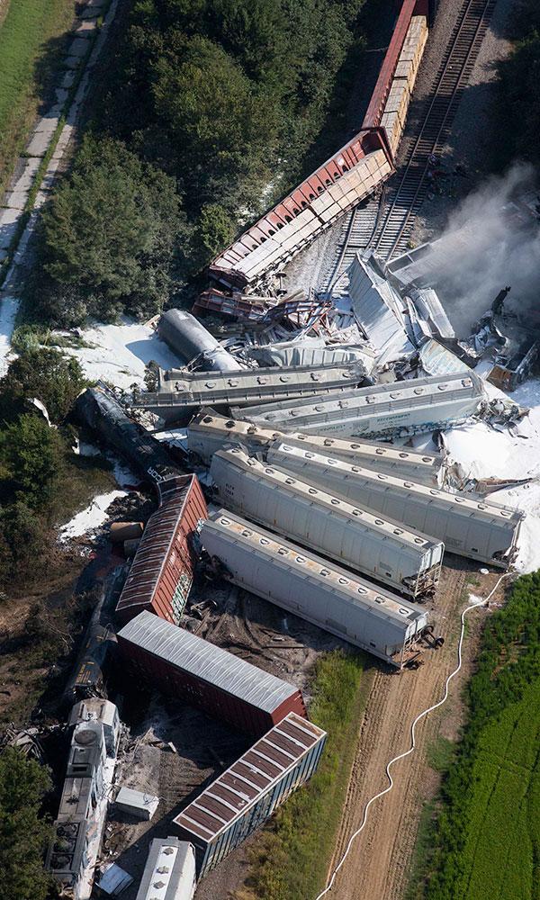 अमेरिका : लारेंस काउंटी में ट्रेन दुर्घटना के बाद आपात स्थिति में बचाव कार्य में जुटे कर्मी।