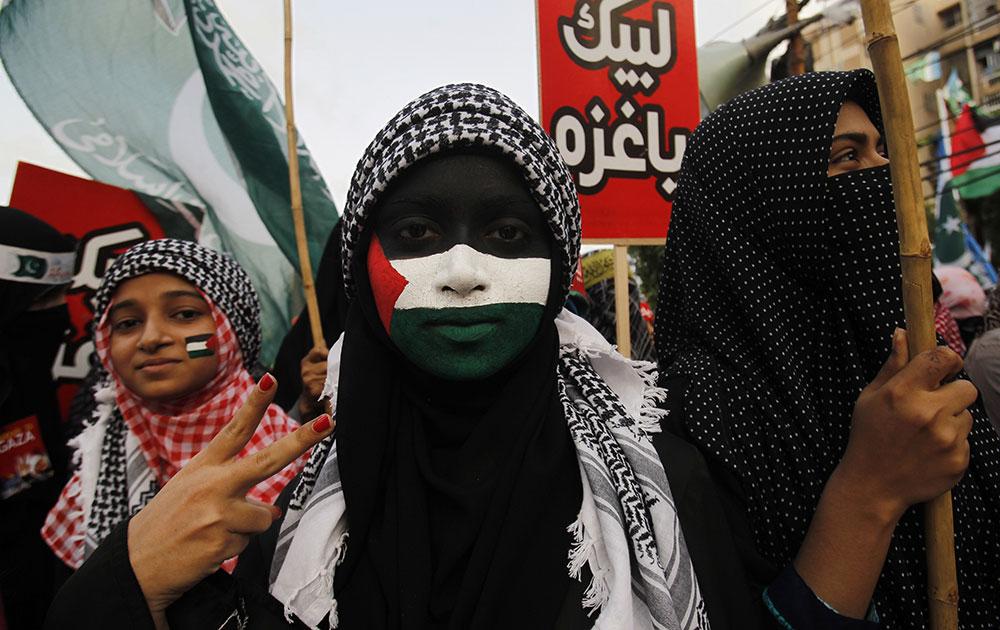 कराची में गाजा पर इजरायली हमले के खिलाफ रैली के दौरान पाकिस्तानी धार्मिक पार्टी जमात ए इस्लामी के कुछ समर्थक।