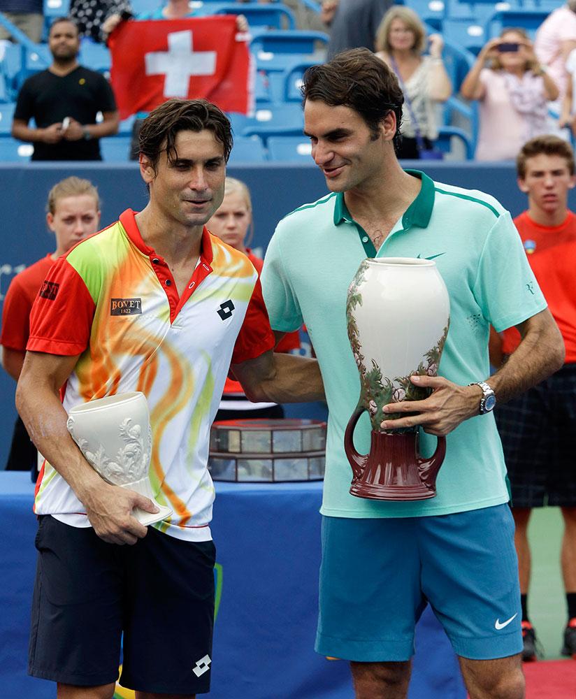 वेस्टर्न एंड साउदर्न ओपेन टेनिस टूर्नामेंट के फाइनल के बाद विजेता ट्राफियों के साथ स्पेन के डेविड फेरर और स्विटजरलैंड के रोजर फेडरर।