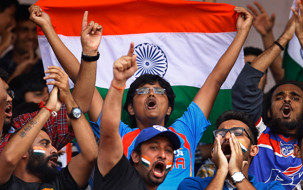 बेंगलुर में भारत और पाकिस्तान के बीच खेले गए मैत्री फुटबाल मैच के दौरान अपनी टीम की हौसलाआफजाई करते हुए भारतीय फैन्स।