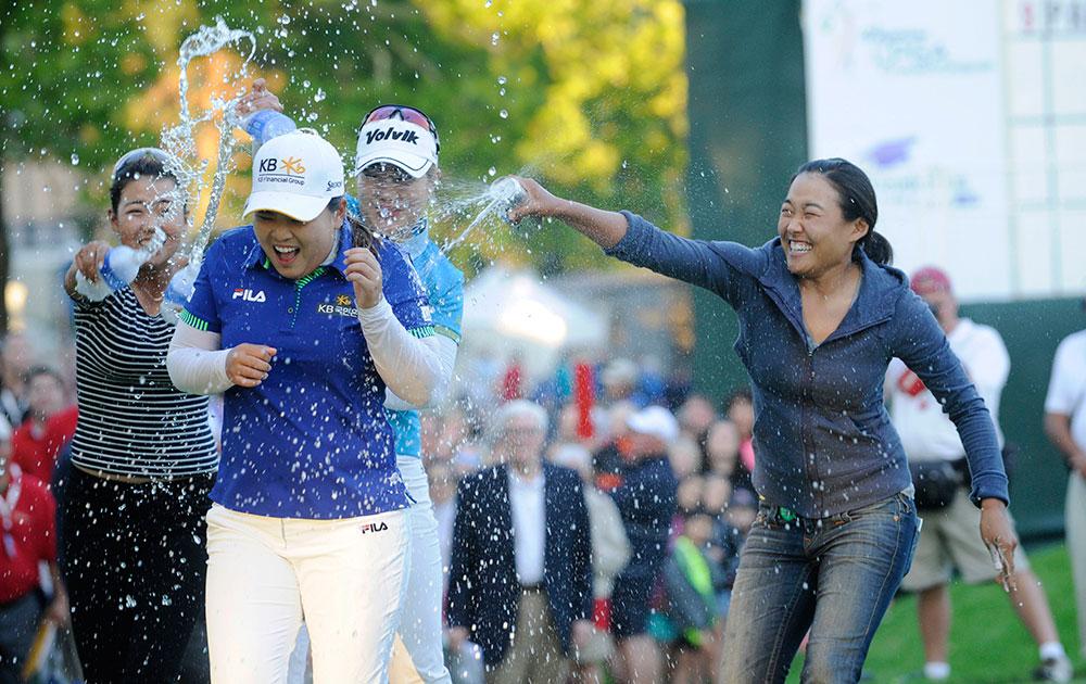 पिट्सफोर्ड में वेगमैन्स एलपीजीए गोल्फ चैंपियनशिप में जीत दर्ज करने के बाद जेनी शीन (बाएं), मीना ली (मध्य) और इल्ही (दाएं)।