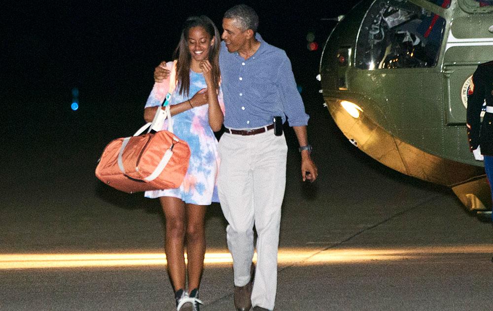 अमेरिका: अपने आधिकारिक प्लेन एयरफोर्स वन में सवार होने से पहले बेटी मालिया ओबामा के साथ राष्ट्रपति बराक ओबामा।