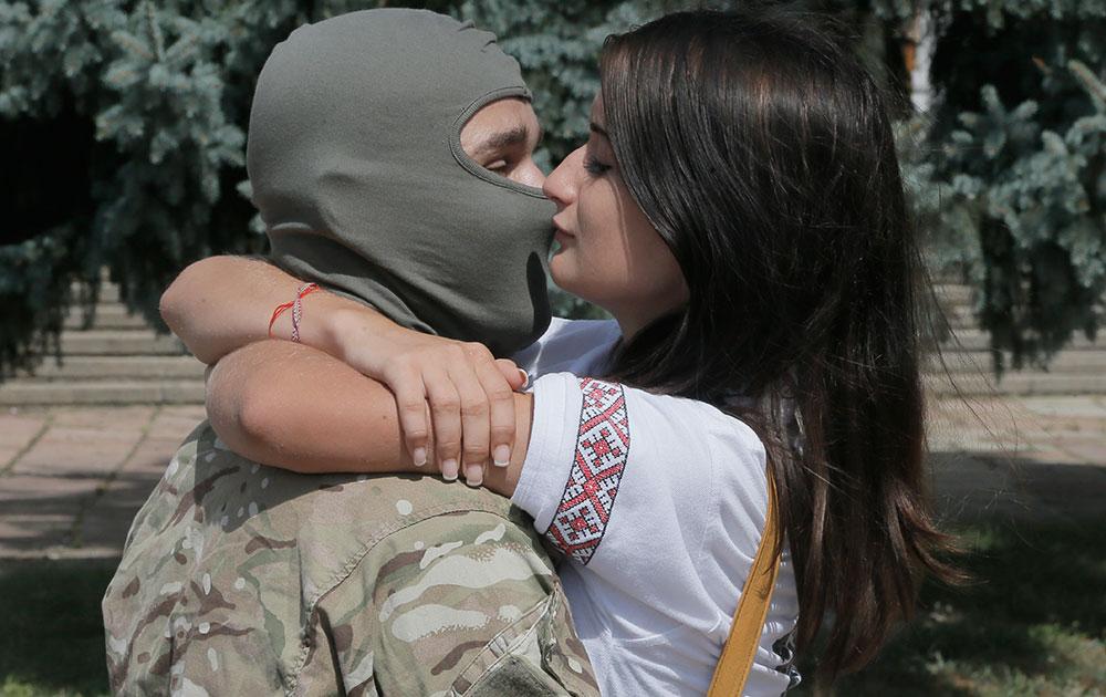 यूक्रेन: कीव में रूस समर्थक अलगावादियों के खिलाफ संघर्ष में जाने से पहले एक जोड़ा आपस में चुंबन का आदान प्रदान करता हुआ।