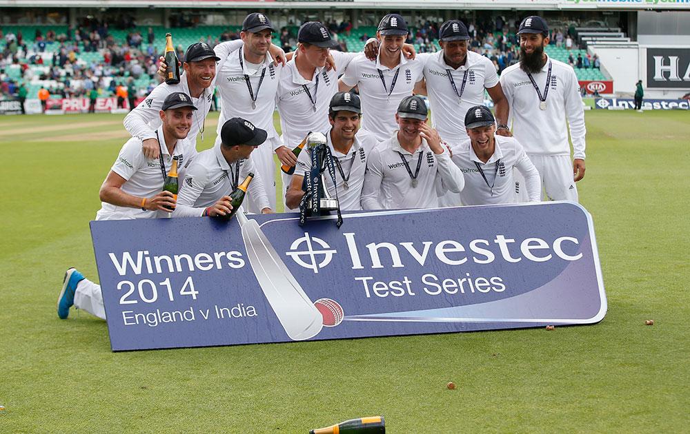 लंदन के ओवल क्रिकेट ग्राउंड में पांचवां टेस्ट जीतने और सीरीज में 3-1 से जीत दर्ज करने के बाद विजेता ट्राफी के साथ इंग्लैंड क्रिकेट टीम।