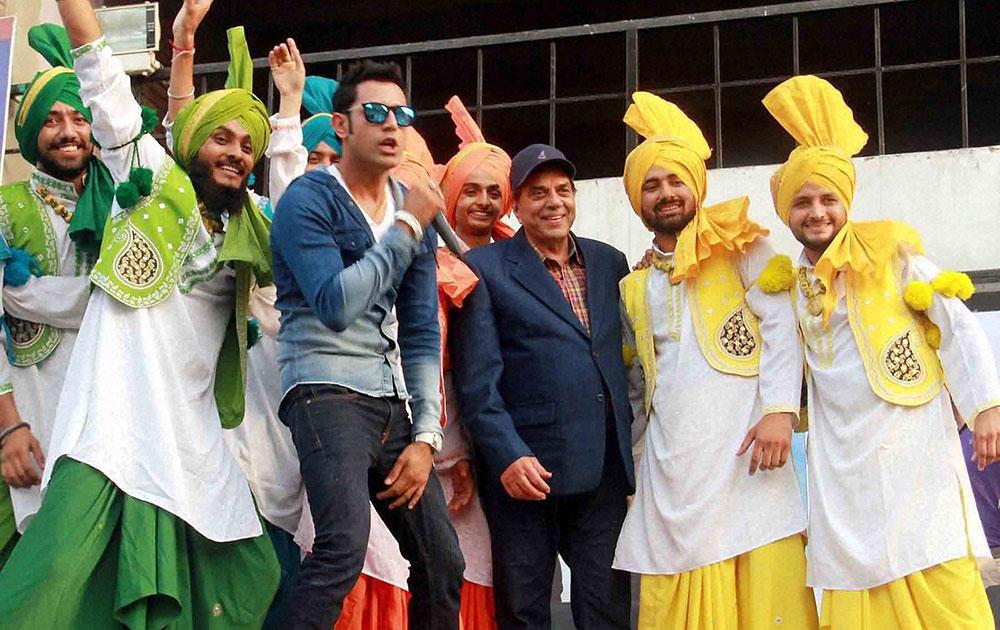 एक पंजाबी फिल्म के प्रोमोशनल कार्यक्रम के दौरान बॉलीवुड अभिनेता धर्मेन्द्र और पंजाबी कलकार गिप्पी शेरगिल।