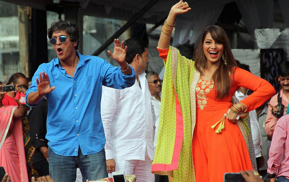 मुंबई में जनमाष्टमी उत्सव के दौरान प्रस्तुति देते हुए बॉलीवुड अभिनेता चंकी पांडे और अभिनेत्री बिपाशा बसु।