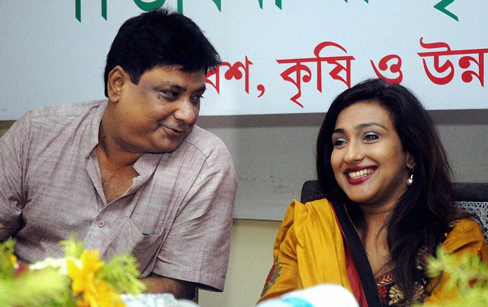कोलकाता में एक कार्यक्रम के दौरान गीतकार गौतम सुस्मित के साथ बॉलीवुड अभिनेत्री रितुपर्णा सेनगुप्ता।