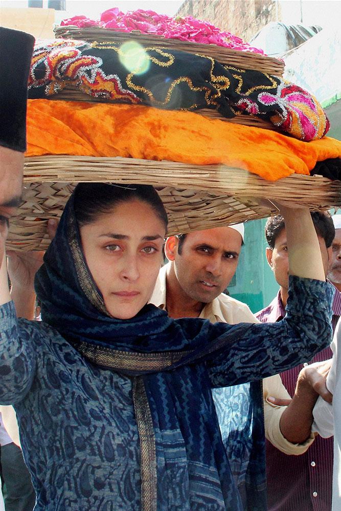 ख्वाजा मुइनुद्दीन चिश्ती की दरगाह पर जियारत करने पहुचीं अभिनेत्री करीना कपूर।